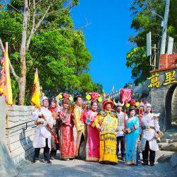 (圖說一)民眾裝扮皇帝或格格於台灣萬里城裡拍照留念