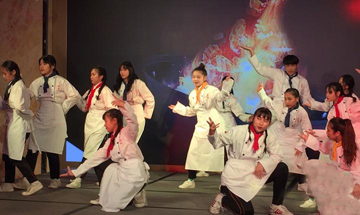 莊敬高職的大廚上菜舞蹈表演為餐會活動揭開序幕。