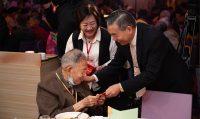 台北仁濟院總院長李龍騰親自發紅包給大哥、大姐們,要他們年年都來相聚。