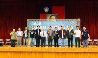 大會裁判長、台灣創新自造者學會謝澄漢理事長(右六),引領全體裁判向參賽者加油,並表示這次競賽是學會成立32年以來最盛大的一次,感謝宏國德霖科大籌辦此次競賽,相當圓滿。